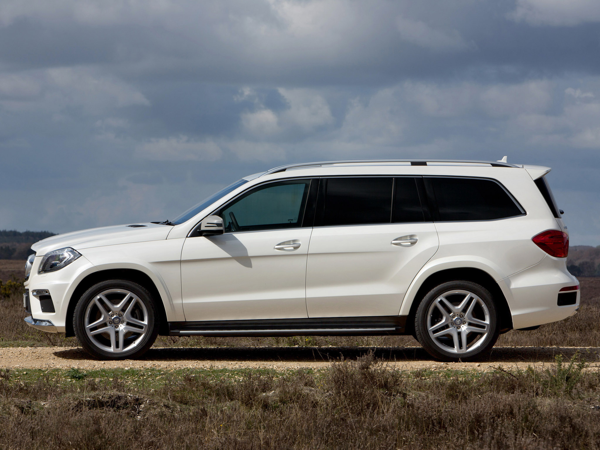 2013-Mercedes-GL-350-BlueTec-AMG-Sports-X166-UK-white-car-side